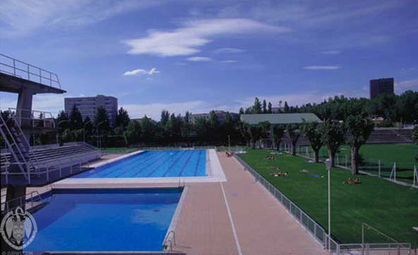 La piscina de verano de la universidad complutense for Piscina complutense madrid