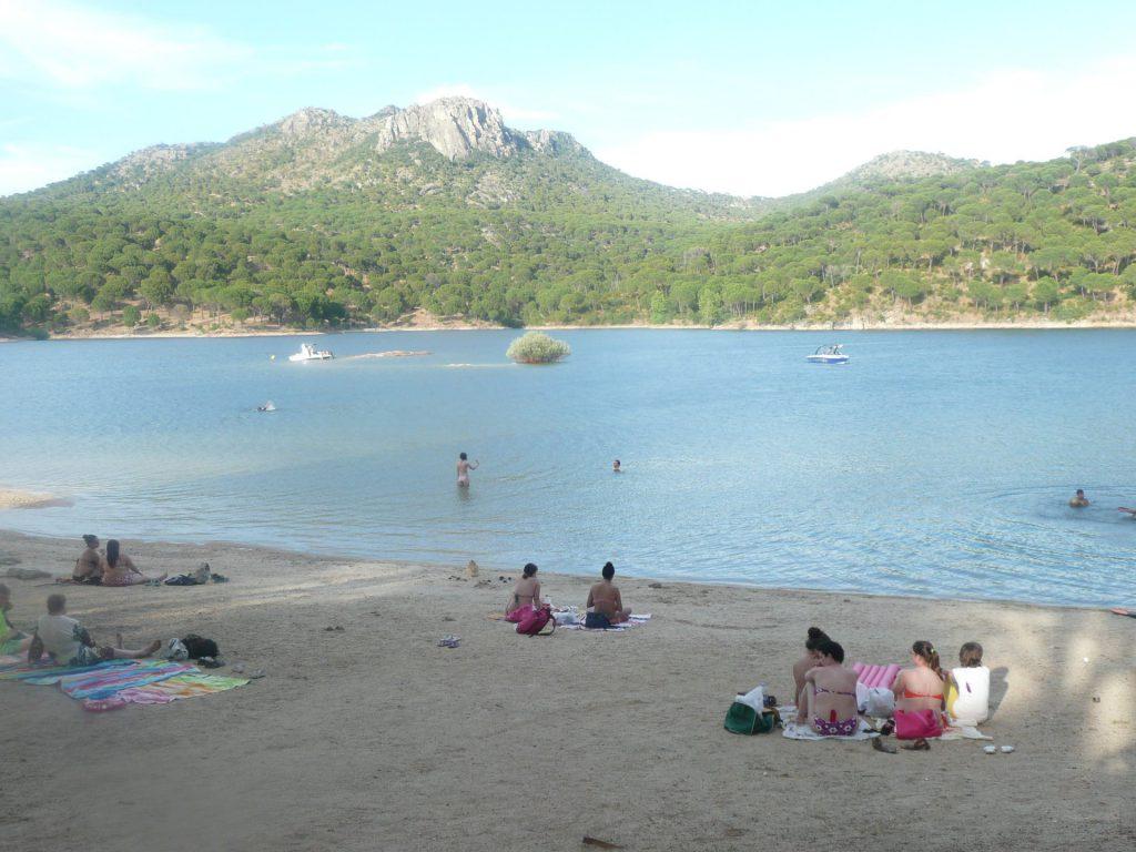 La primera playa con bandera azul de Madrid está en el Pantano de San Juan